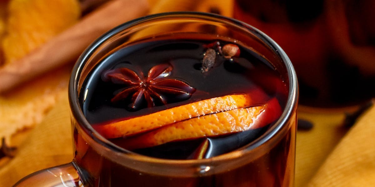 mulled wine served in transparent mugs